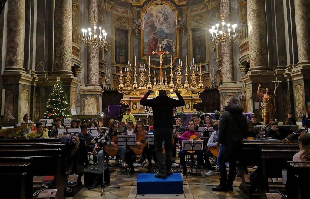 il maestro Alberto Beòllavia dirige l'orchestra